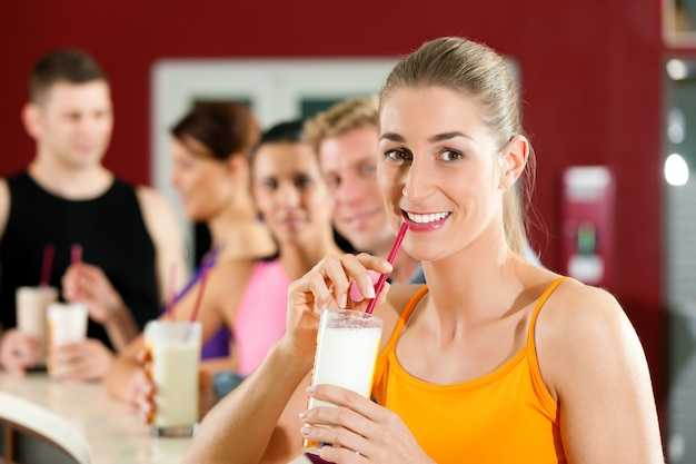 Les gens qui boivent des protéines