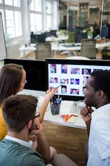 Les gens qui cherchent des photos sur un ordinateur