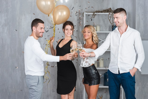 Des gens qui claquent des verres avec du champagne