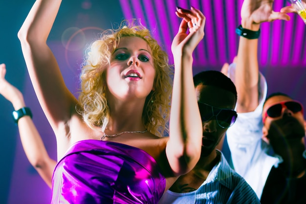 Gens qui dansent au club avec laser