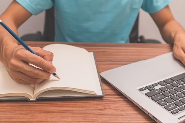 Les gens qui écrivent des livres au bureau