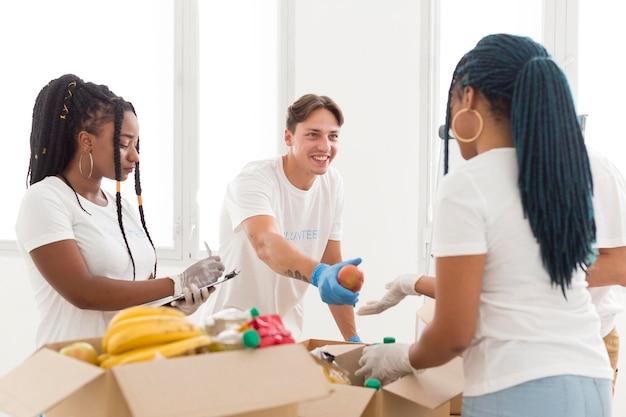 Les gens qui font de la charité travaillent ensemble