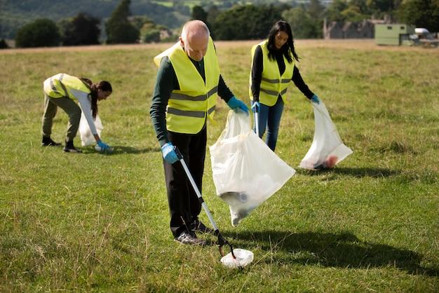 Les gens qui font du service communautaire en ramassant les ordures