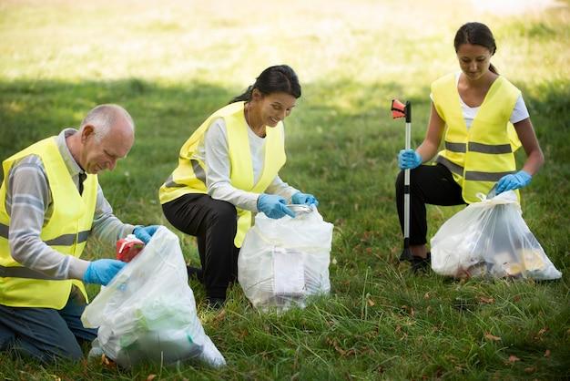 Les gens qui font un service communautaire en ramassant des ordures dans la nature