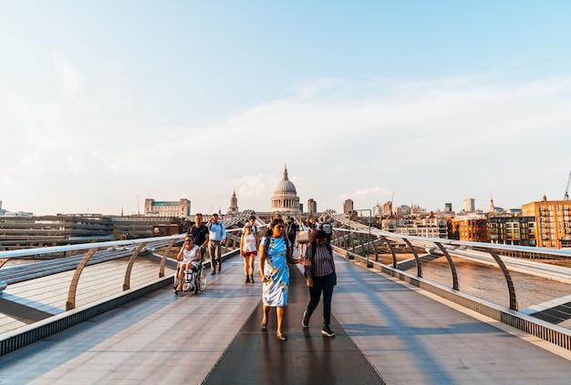 Les gens qui marchent à travers le pont du millénaire