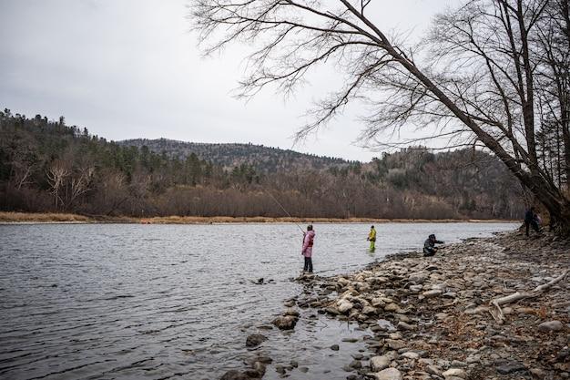Les gens qui pêchent dans une rivière