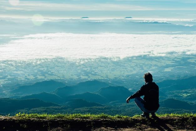 Les gens qui regardent les montagnes seuls en hiver sont beaux