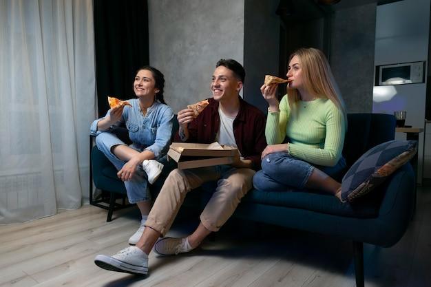 Les gens regardent netflix ensemble à la maison