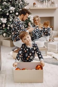 Les gens réparent pour noël. les gens jouent avec des enfants. la famille se repose dans une salle de fête.