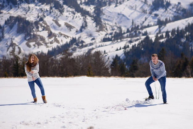 Gens s'amuser et courir dans les montagnes