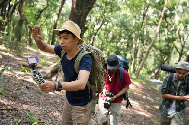 Les gens s'enregistrent en train de faire de la randonnée