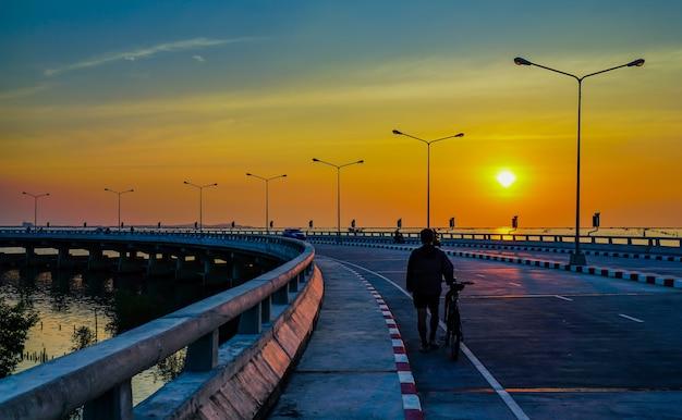 Gens se détendre sur la route côtière incurvée