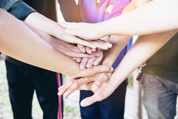 Les gens se donnent la main pendant leur travail - concept d'engagement humain