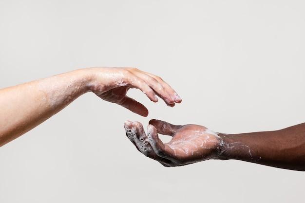 Les gens se lavent les mains avec du savon