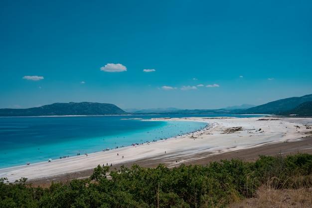 Les gens se reposant sur la plage profitent des vacances d'été