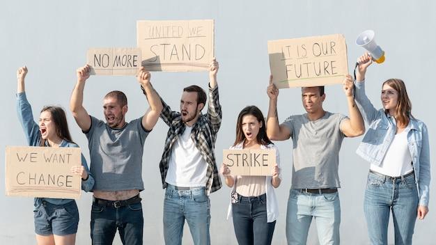Les gens se sont rassemblés en grève
