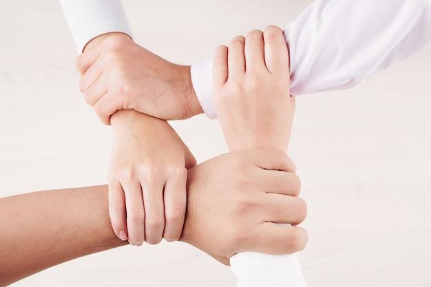 Les gens se tenant la main