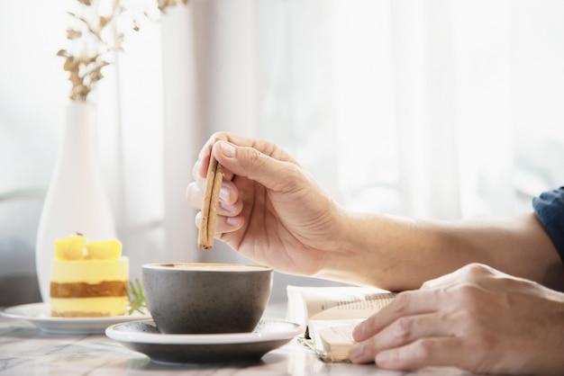 Les gens servent beau frais se détendre matin tasse de café ensemble