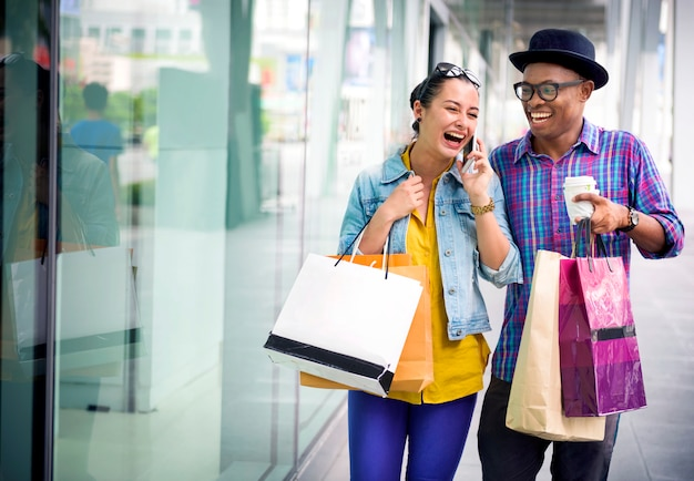 Gens shopping dépenser le concept de consommation