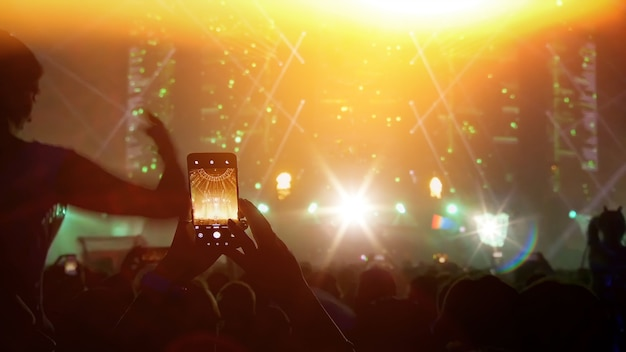 Les gens de silhouette s'amusent à la salle de concert du festival de musique.