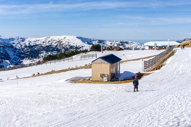 Les gens de ski et de snowboard sur une pente à la station de ski