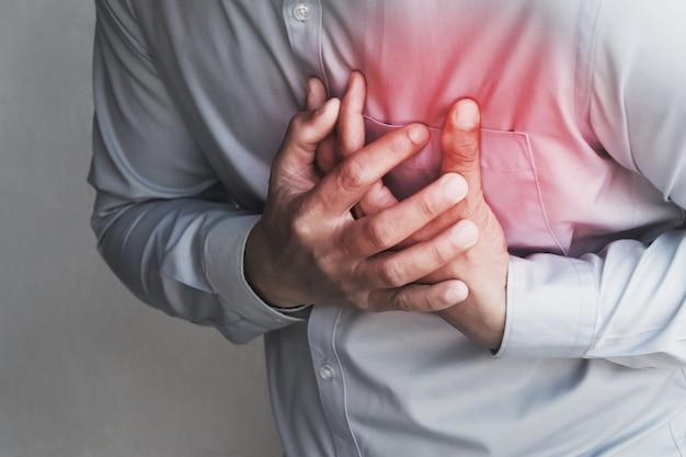 Les gens souffrent de douleur à la poitrine de crise