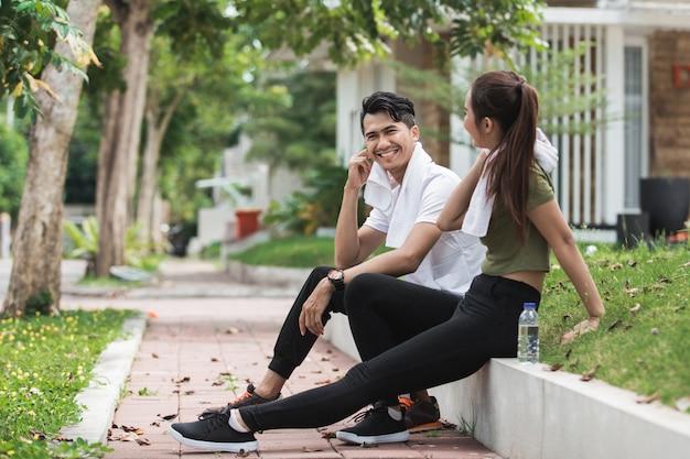 Gens de sport assis après l'exercice