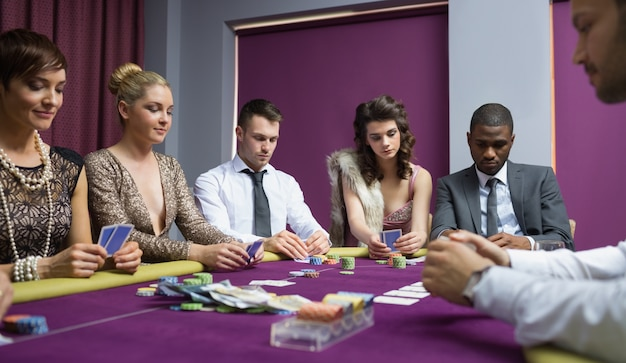Les gens à la table de poker