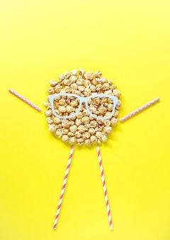 Les gens la tête de pop-corn avec des lunettes. vue de dessus. concept créatif