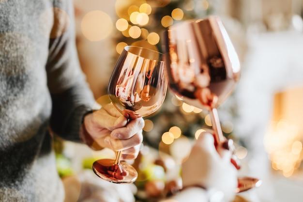Les gens tinter les verres et célébrer