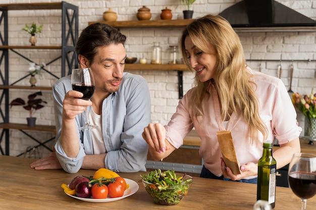 Gens de tir moyen avec salade et vin