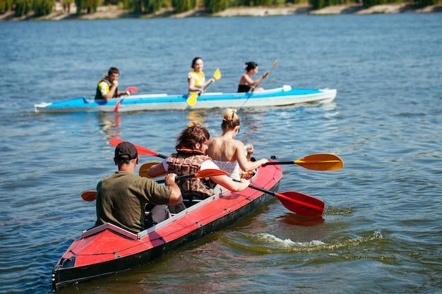 Des gens de tous âges dans un kayak. vacances en famille.
