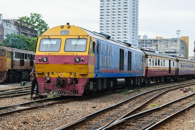 Les gens sur le train thaïlandais