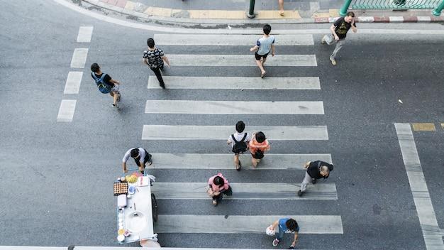 Les gens à travers le passage pour piétons sur la vue de dessus dans la voie piétonne