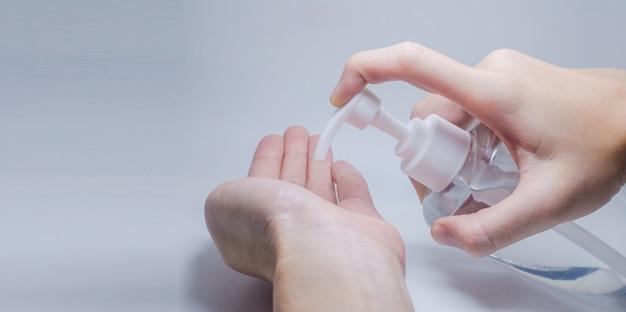 Les gens utilisent du gel d'alcool pour protéger les mains du coronavirus covid19