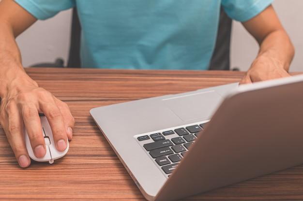 Les gens utilisent des ordinateurs pour travailler