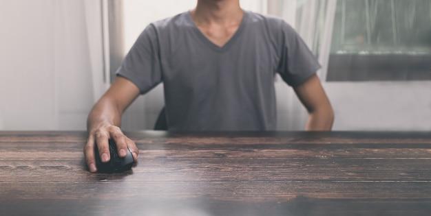Les gens utilisent la souris d'ordinateur