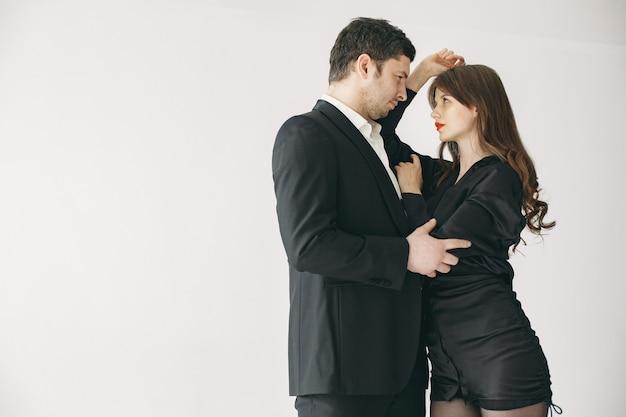 Des gens vêtus de vêtements classiques. couple élégant dans un moment sensuel