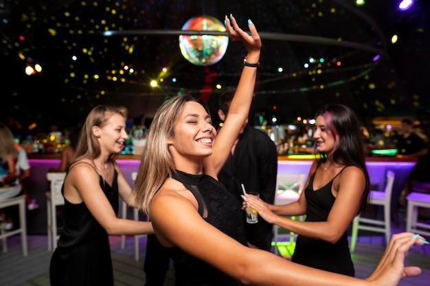 Les gens de la vie nocturne s'amusent dans les bars et les clubs