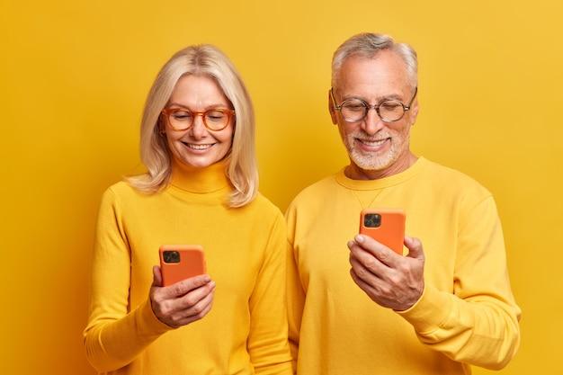 Les gens vieillissent le style de vie et le concept des technologies modernes