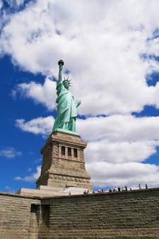 Les gens visitent la statue de la liberté est célèbre à new york, usa