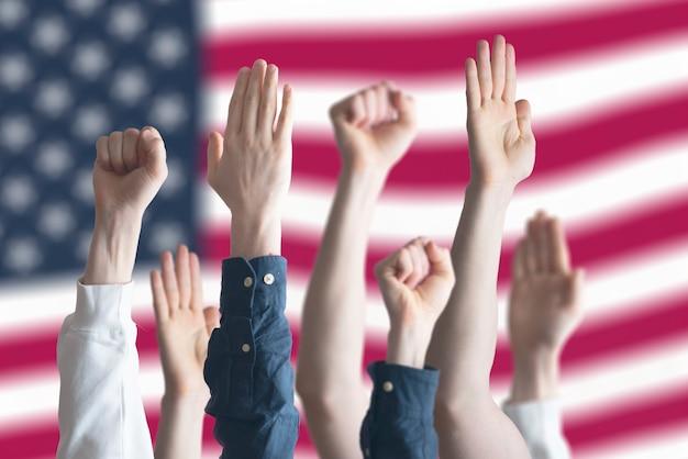 Les gens votent les mains levées aux états-unis