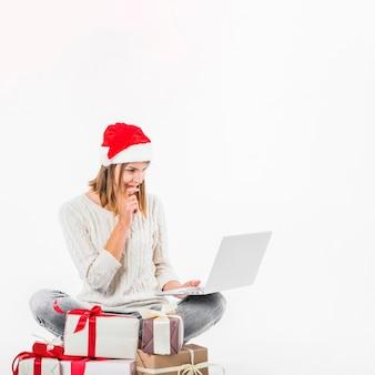 Gentil femme assise avec un ordinateur portable