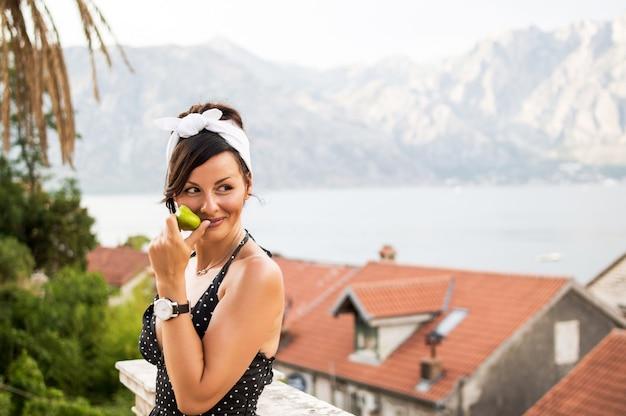 Gentil femme attirante vêtue de vêtements élégants, appréciant le beau temps ensoleillé