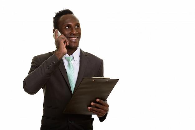 Gentil jeune homme d'affaires africain heureux souriant et parlant