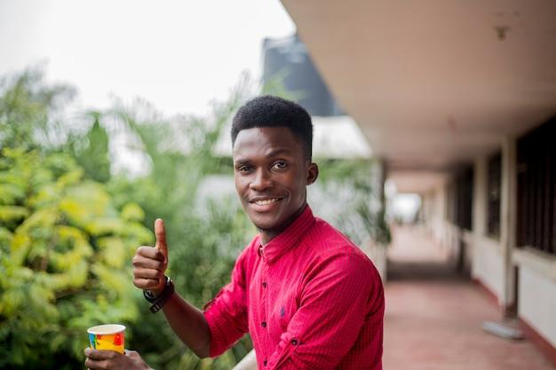 Gentilhomme africain avec un visage heureux