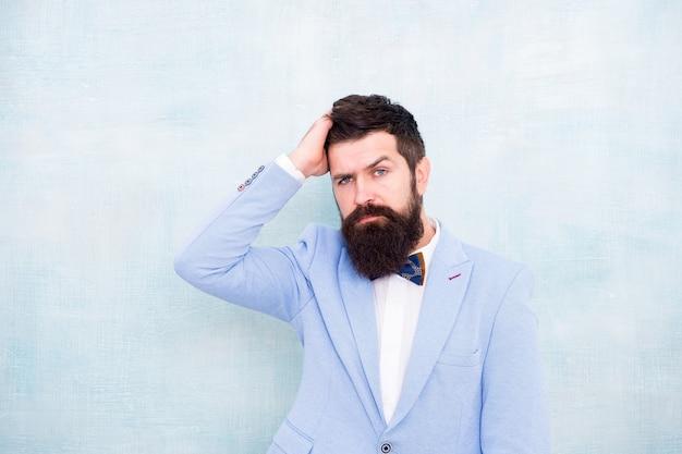 Gentleman, rendez-vous amoureux. glamour hipster mâle avec barbe. homme d'affaires mature en veste bleue. look de mode smoking. homme barbu en noeud papillon. mariée marié à la fête de mariage. homme de style et de statut.