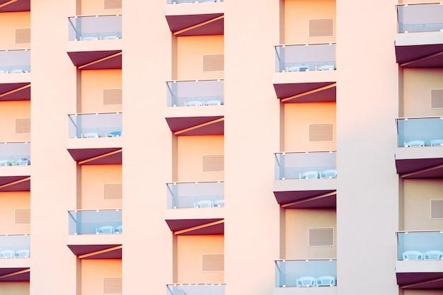 Géométrie dans la conception de la façade du bâtiment. détails abstraits de motifs répétitifs de balcons