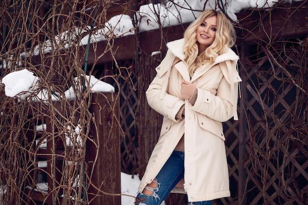 Georgeous élégante blonde en robe d'hiver