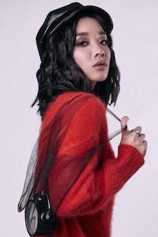 Georgeous jolie fille asiatique brune en pull lumineux